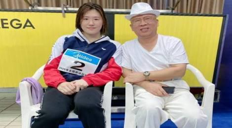 董事长应邀出席全国游泳冠军赛暨东京奥运会选拨赛决赛,并为冠亚军颁奖。